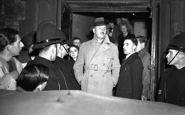 AP (צילום: סר אוסוולד מוסלי, מנהיג הפשיסטים בבריטניה לפני המלחמה, הצית הפגנה סוערת ב-15 בנובמבר 1947, בנאומו הפוליטי הראשון מאז מאסרו בשל תמיכתו בנאצים)