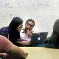 סטודנטים ב-MIT, ארכיון, למצולמים אין קשר לנאמר בכתבה (צילום: AP Photo/Steven Senne)