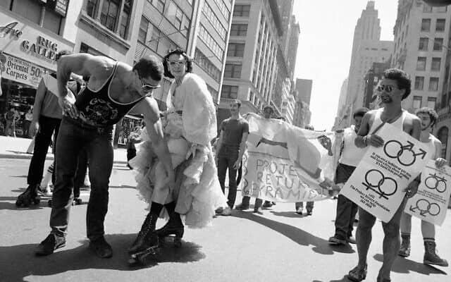 מצעד הגאווה של ניו יורק, 1981, בסימן 12 שנה למהומות סטונוול (צילום: AP Photo/G. Paul Burnett)