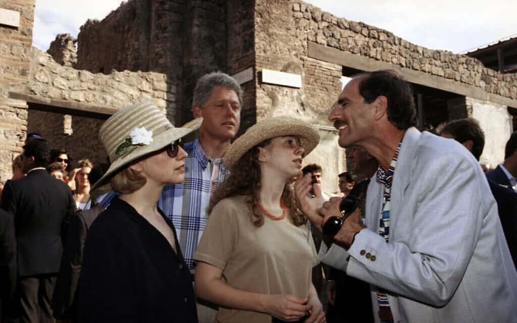 ביל והילרי קלינטון מסיירים בפומפיי, 1994 (צילום: AP Photo/Marcy Nighswander)