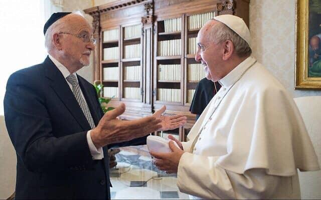 האפיפיור פרנסיס מדבר עם הרב פנחס ברנר, הרב האשכנזי לשעבר של ונצואלה, במהלך קבלת קהל בסטודיו של האפיפיור, בוותיקן, 16 בפברואר, 2015 (צילום: AP\ L'Osservatore Romano, מאגר)