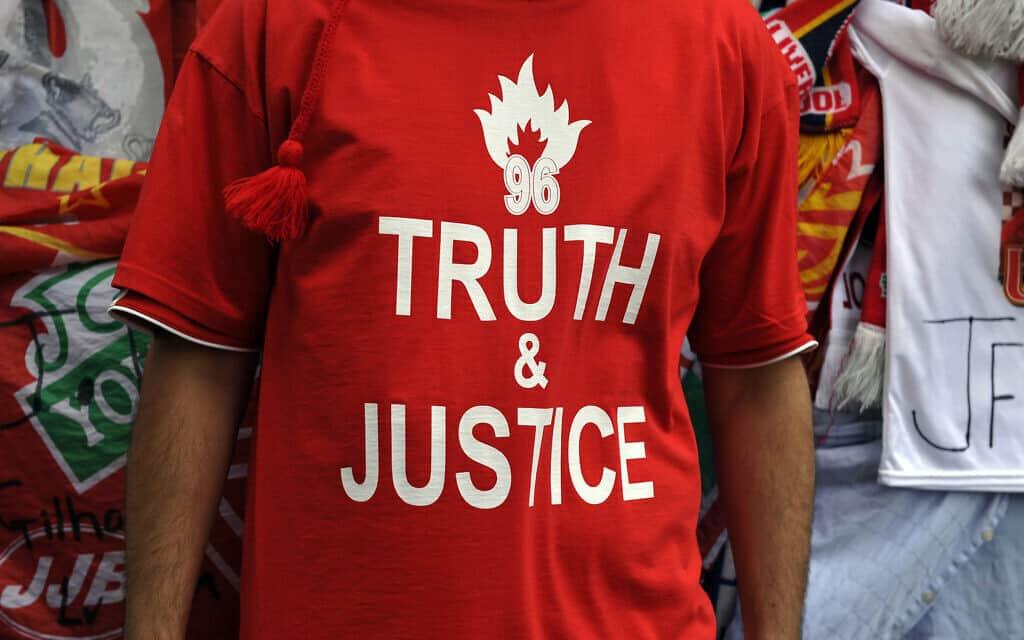 ״אמת וצדק ל-96״ – חולצה של אוהד קבוצת הכדורגל ליברפול, במחווה להרוגי אסון הילסבורו ב-15 באפריל 1989 (צילום: AP Photo/Clint Hughes)