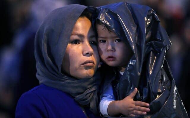 פליטים אפגנים בחופי יוון 2019 (צילום: AP Photo/Thanassis Stavrakis)