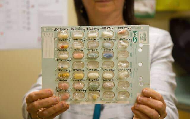 """ד""""ר נאורה פיק מחזיקה מבחר של תרופות אנטירטרוויראליות עבור מטופלות עם HIV במרפאת """"אוק טרי"""" (צילום: צילום: עטיה סרנר)"""