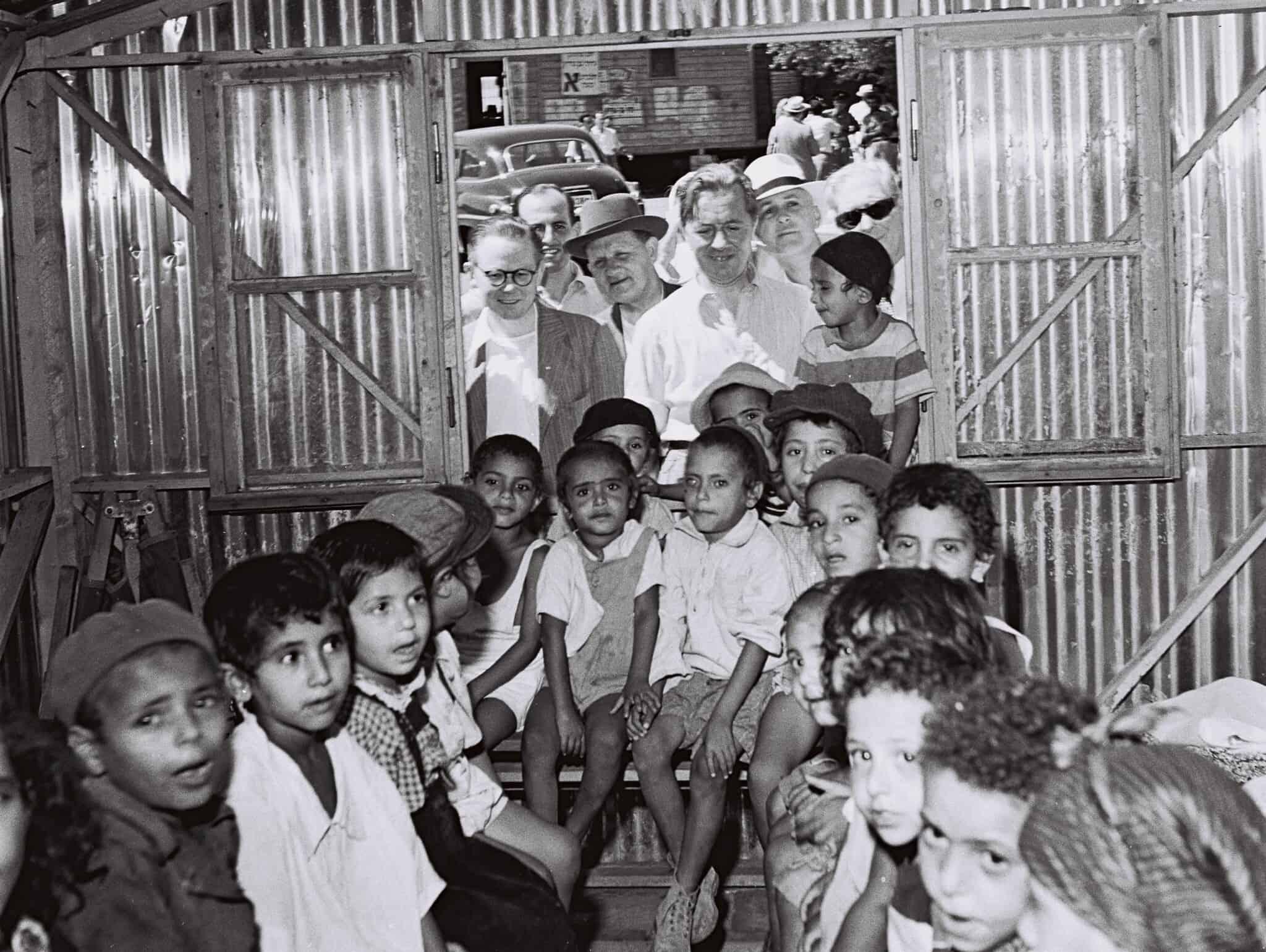 """חברי כנסת מבקרים במעברה ליד ירושלים, 1951 (צילום: טדי ברונר לע""""מ)"""