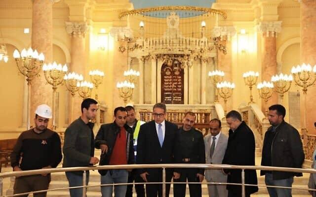 שר העתיקות המצרי, חאלד אל-אנני, בסיור בבית הכנסת אליהו הנביא ב-20 בדצמבר, 2019 (צילום: משרד העתיקות המצרי)