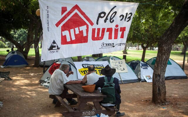 מפגינים הקימו אוהלים ברחוב ארלוזורוב בתל אביב. המחאה החברתית, יוני 2012 (צילום: Uri Lenz/FLASH90)
