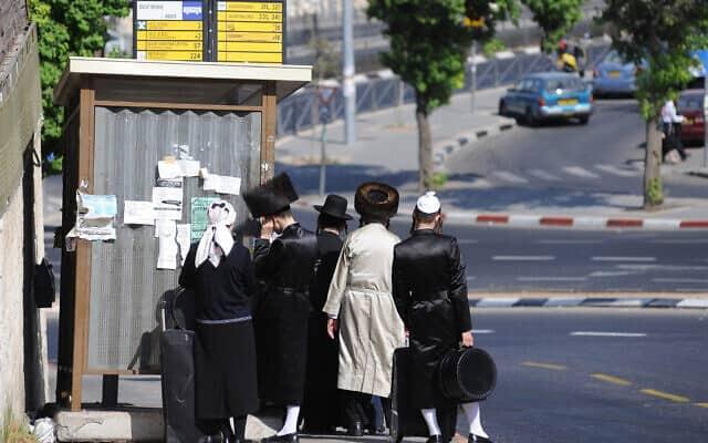 ישראלים ממתינים בתחנת אוטובוס בירושלים, ארכיון, למצולמים אין קשר לנאמר בכתבה (צילום: Mendy Hechtman/Flash90)