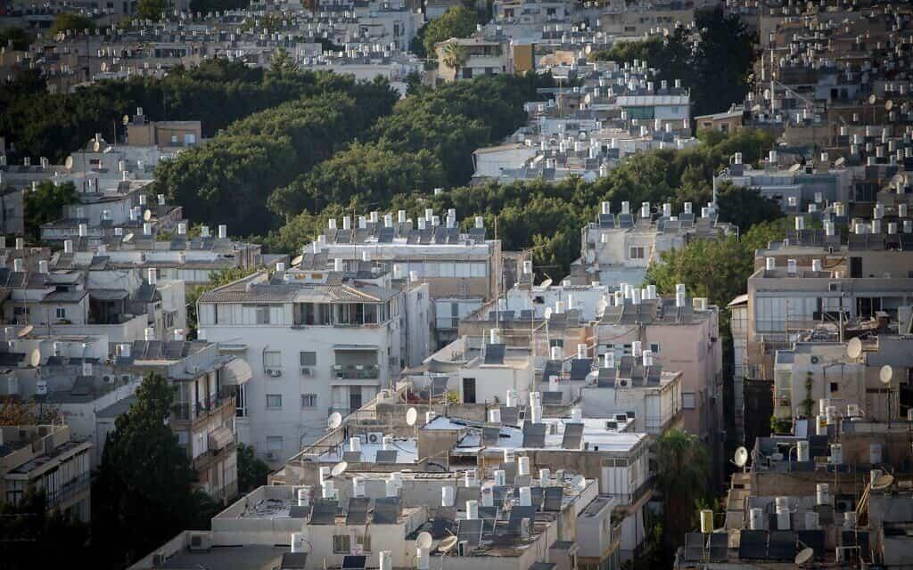 גגות בתים שעליהם מותקנים דודים לחימום מים באנרגיה סולארית בתל אביב (צילום: Miriam Alster/FLASH90)