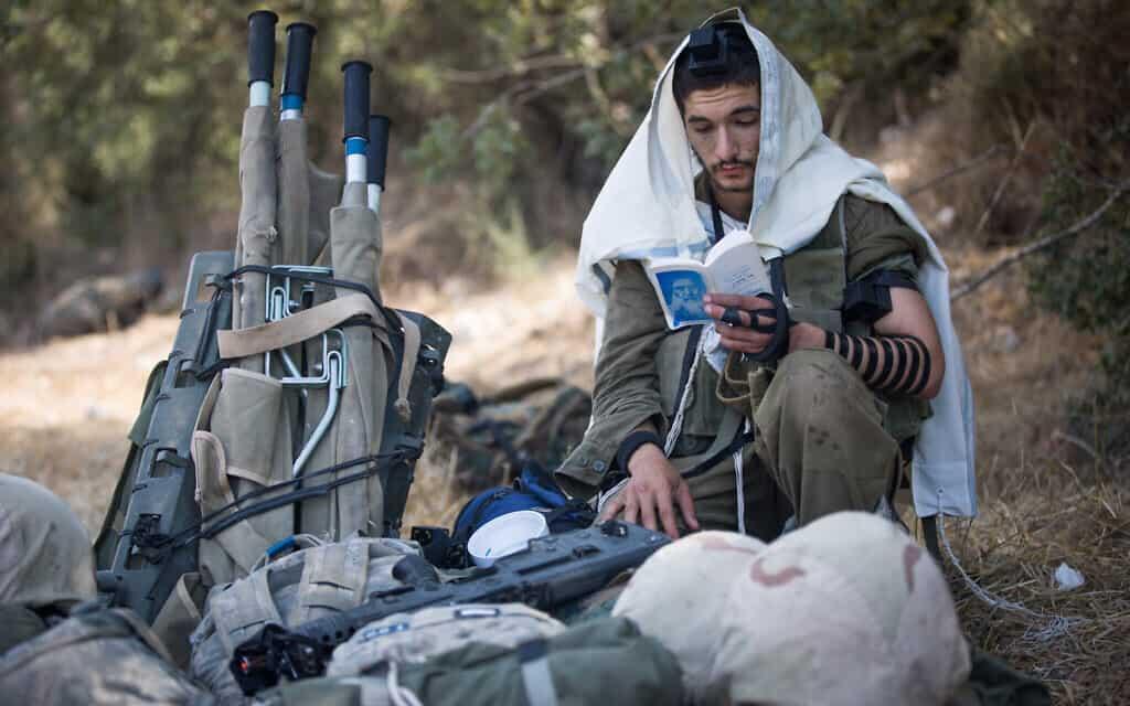 חייל חרדי מתפלל במהלך אימון של גדוד אומר בחטיבת גבעתי (צילום: יונתן סינדל/פלאש90)