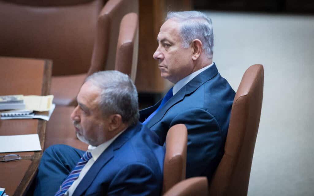 נתניהו (מימין) וליברמן סביב שולחן הממשלה בכנסת ב-2017 (צילום: יונתן זינדל, פלאש 90)