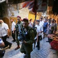 חיילים מאבטחים יהודים בסיור בחברון, ארכיון, למצולמים אין קשר לנאמר בכתבה (צילום: Wisam Hashlamoun/Flash90)