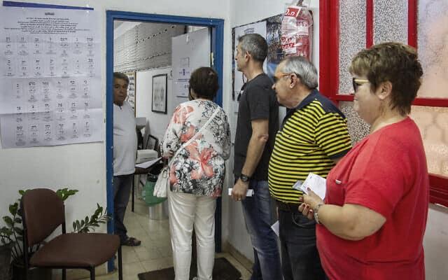 אנשים ממתינים בתור להצבעה בקלפי. ספטמבר 2019 (צילום: Flash90)