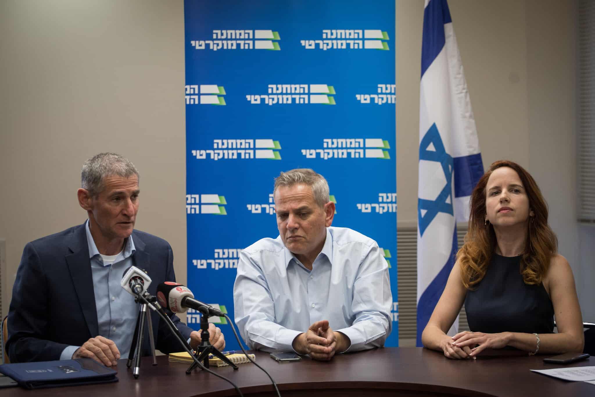 סתיו שפיר, ניצן הורוביץ ויאיר גולן בפתח ישיבת סיעת המחנה הדמוקרטי בכנסת, ב-18 בנובמבר 2019 (צילום: הדס פרוש/פלאש90)