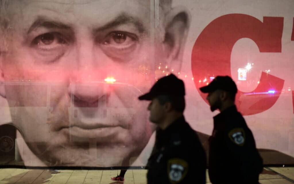 שלט בהפגנה נגד השחיתות השלטונית (צילום: Yonatan Sindel/Flash90)