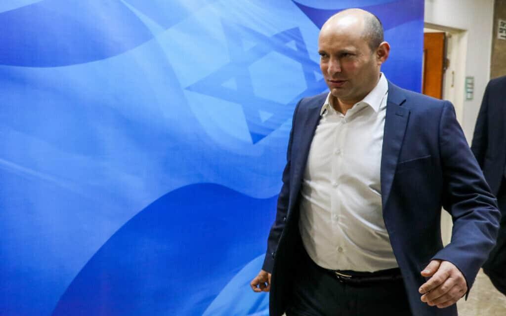 שר הביטחון נפתלי בנט בדרכו לישיבת הממשלה, היום (צילום: מרק ישראל סלם, פלאש 90)