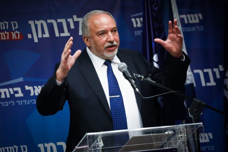 אביגדור ליברמן בישיבת סיעת ישראל ביתנו, היום (צילום: הדס פרוש, פלאש 90)