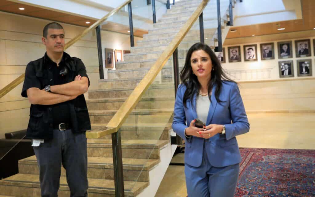 איילת שקד בדרכה לפגישתה עם יושב ראש הכנסת אדלשטיין, היום (צילום: אוליבייה פיטוסי, פלאש 90)