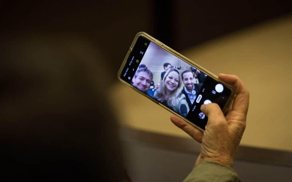 חברי הכנסת מיקי חיימוביץ' ויועז הנדל בצילום סלפי משותף, היום (צילום: הדס פרוש, פלאש 90)