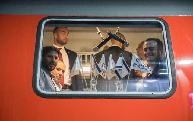 שר התחבורה בצלאל סמוטריץ' (משמאל) וקודמו בתפקיד ישראל כץ, בנסיעת הבכורה בקו הרכבת המהיר בין ירושלים לתל אביב, היום (צילום: יונתן זינדל, פלאש 90)