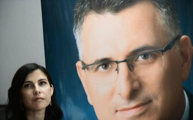 גאולה אבן סער לצד תמונה של בעלה בכנס פעילים בפתח תקווה, ב-18 בדצמבר 2019 (צילום: תומר נויברג/פלאש90)