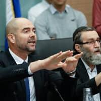 משה גפני (מימין) ואמיר אוחנה בוועדת הכספים של הכנסת (צילום: אוליבייה פיטוסי, פלאש 90)