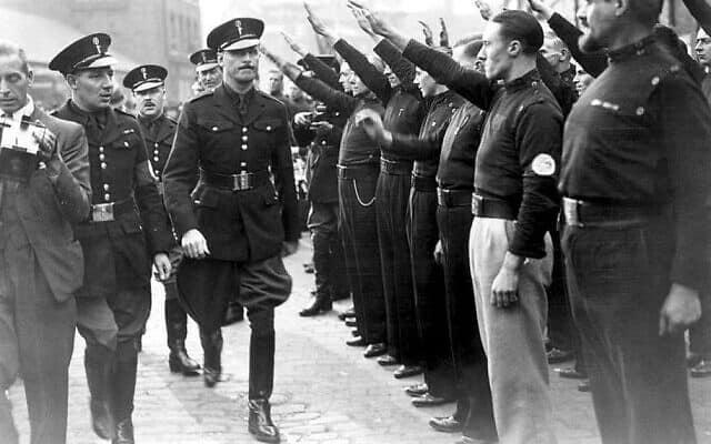 """אוסוולד מוסלי חולף על פני אנשי """"החולצות השחורות"""" הפשיסטים, שמצדיעים במועל יד, סביבות 1936 (צילום: CC-SA 4.0/פליפה קואסטה)"""