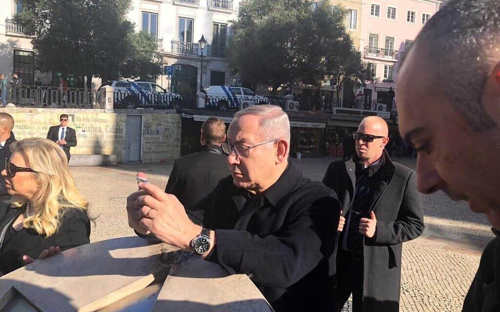 בנימין נתניהו באנדרטה לזכר היהודים בכיכר רוזיו בליסבון. 5 בדצמבר 2019 (צילום: שלום ירושלמי)