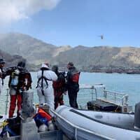 כוחות חילוץ של משטרת ניו זילנד ליד האי הלבן, 14 בדצמבר 2019 (צילום: New Zealand Police via AP)