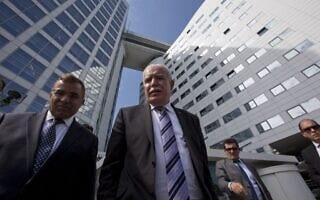 שר החוץ של הרשות הפלסטינית ריאד אל מאלכי, (במרכז) בפתח בית המשפט הבינלאומי בהאג, הולנד. יוני 2015 (צילום: Ap/ פיטר דג'ונג)