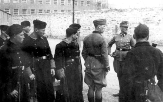 קצין האס-אס גרופנפיהרר יורגן שטרופ מדריך כוח עזר משטרתי אוקראיני (אנשי טרווניקי), ורשה, פולין, 1943 (צילום: באדיבות יד ושם)
