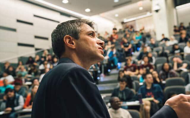 פרופסוק ג'פרי גורסמן מלמד בקורס 'מבוא לכימיה של מצב מוצק' ב-MIT (צילום: לילי פאקט\MIT)