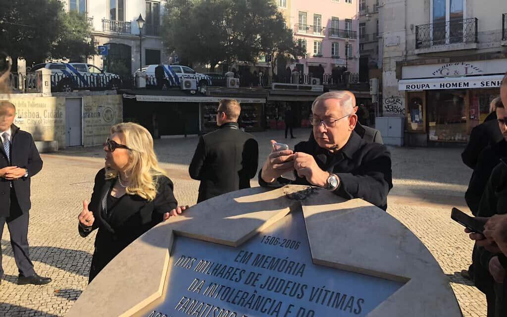 בנימין ושרה נתניהו באנדרטה לזכר היהודים בכיכר רוזיו בליסבון. 5 בדצמבר 2019 (צילום: שלום ירושלמי)