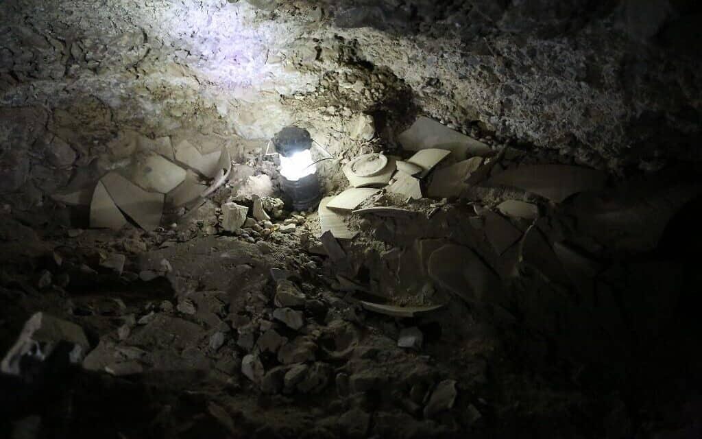 שברים של כדי חרס שנמצאו במערה 53 ליד קומראן וככל הנראה הכילו מגילות שנגנבו (צילום: קייסי ל' אולסון ואורן גוטפלד, האוניברסיטה העברית)
