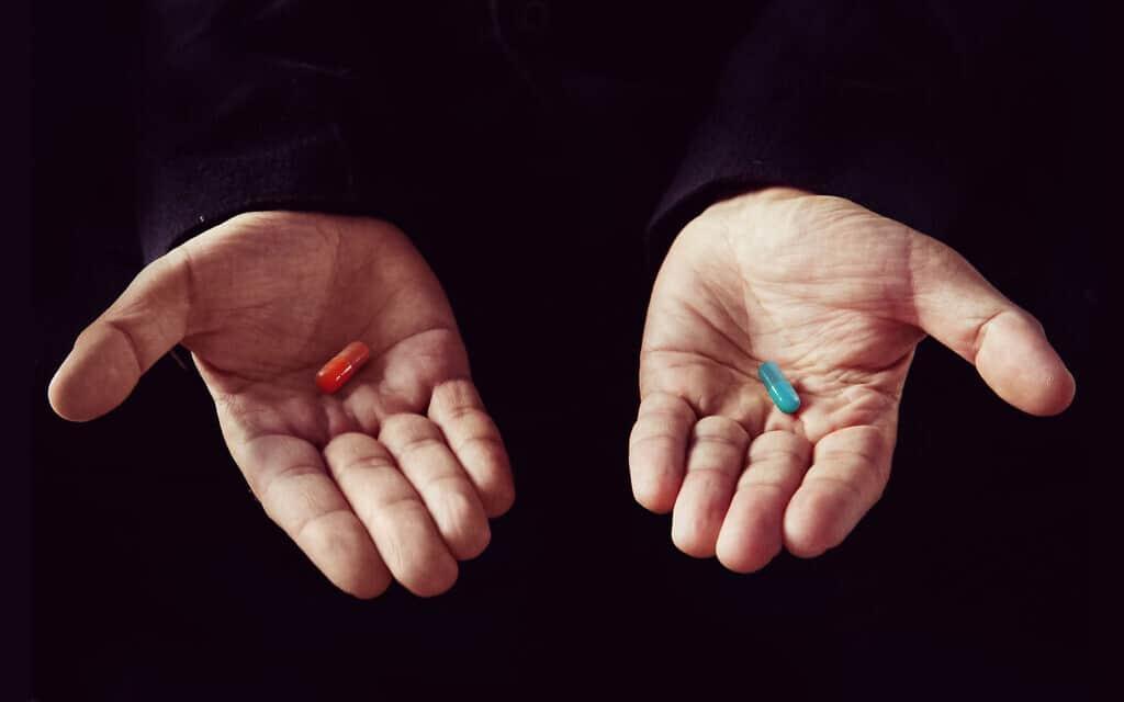 הגלולה האדומה והגלולה הכחולה (צילום: iStock-Diy13)