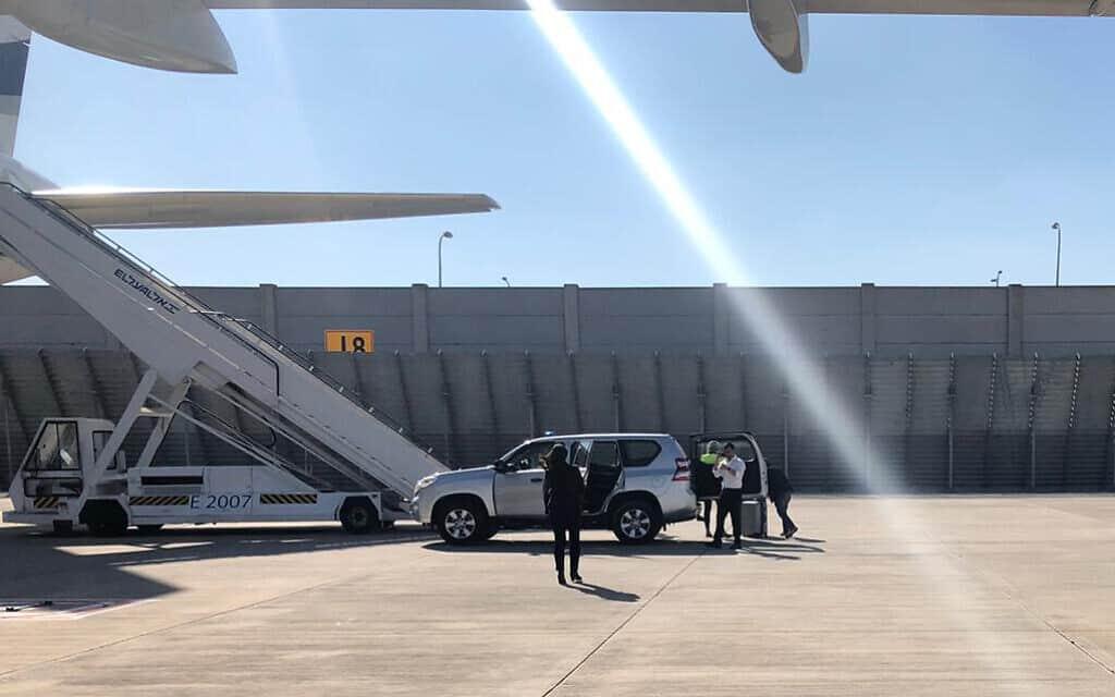 סבלים פורקים מזוודות גדולות מוואן של משרד ראש הממשלה לאחורי המטוס לפורטוגל. 4 בדצמבר 2019 (צילום: שלום ירושלמי)