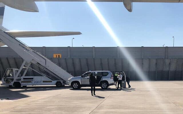 סבלים פורקים מזוודות גדולות מוואן של מעון ראש הממשלה לאחורי המטוס לפורטוגל. 4 בדצמבר 2019 (צילום: שלום ירושלמי)