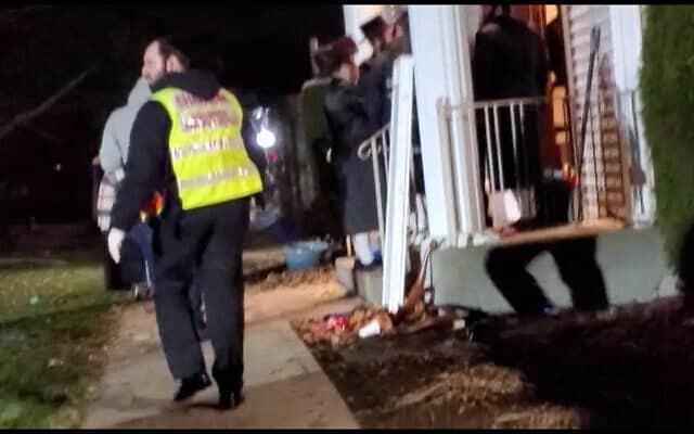 סרטון מזירת הפיגוע ליד בית הכנסת במונסי. צילום מסך מסרטון של Aron Spielman