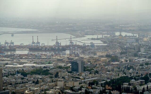 מבט על בתי הזיקוק במפרץ חיפה. לפי אחת התוכניות המפעל יועבר למישור רותם (צילום: יניב נדב\פלאש 90)
