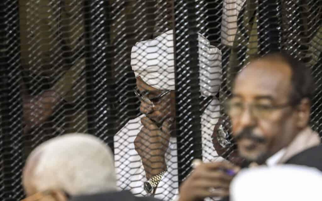 הרודן המודח של סודן, עומר אל-בשיר, במהלך משפטו, אוגוסט 2019 (צילום: AP)