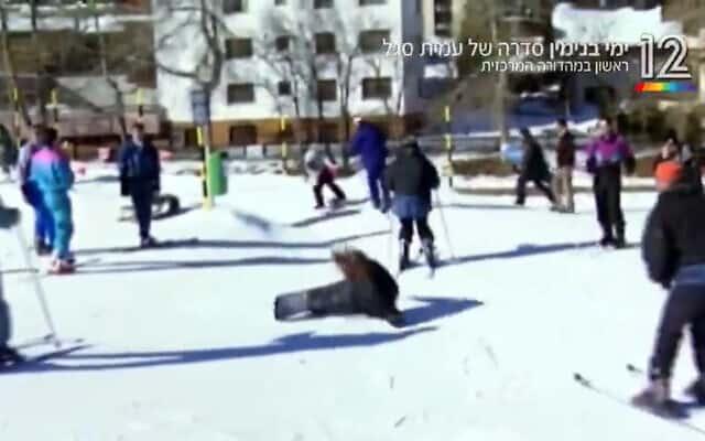 """נתניהו גולש על הקרח ומפיל בדרכו גולשת אחרת, צילום מסך מתוך הסדרה של עמית סגל """"ימי בנימין"""""""