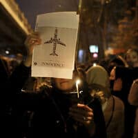 טקס לזכר הנספים בהתרסקות המטוס האוקראיני באיראן, 11 בינואר 2020 (צילום: Ebrahim Noroozi, AP)