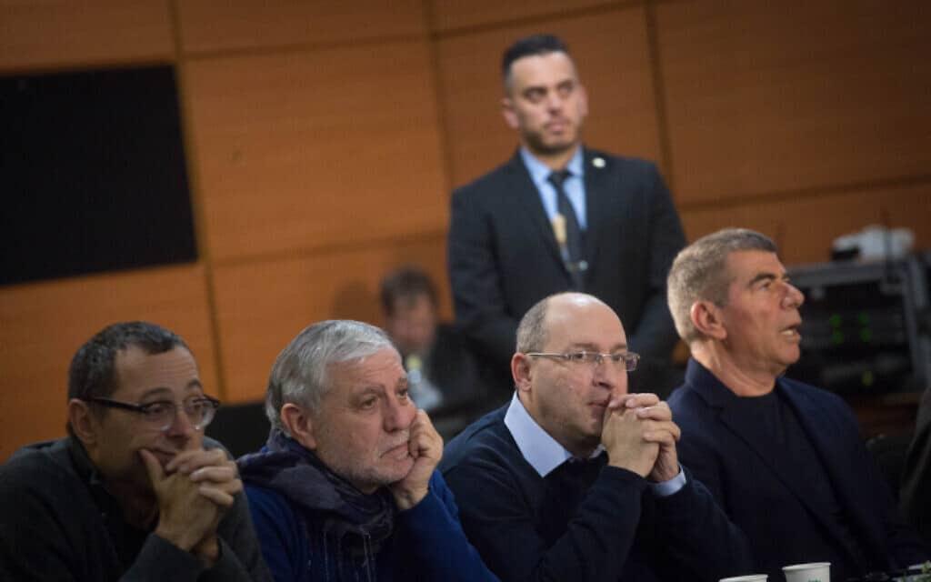 מימין: גבי אשכנזי, אבי ניסנקורן, מאיר כהן וצבי האוזר בישיבת סיעה של כחול לבן בתל אביב, היום (צילום: מרים אלסטר, פלאש 90)