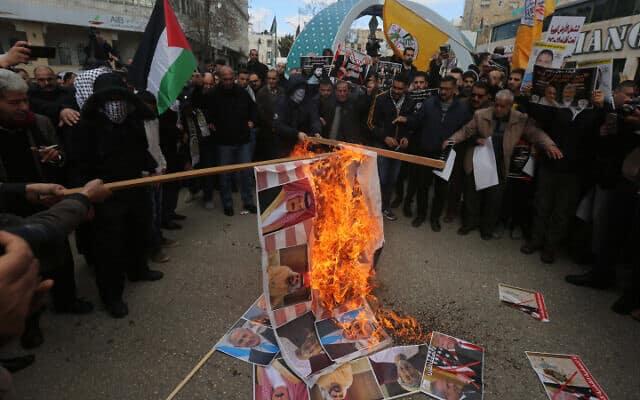 """פלסטינים מפגינים נגד """"עסקת המאה"""" בחברון, היום (צילום: Wisam Hashlamoun/Flash90)"""