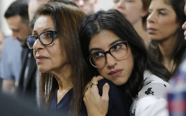 יפה יששכר (משמאל) עם בתה ליעד גולדברג (צילום: Alexander Zemlianichenko Jr., AP)