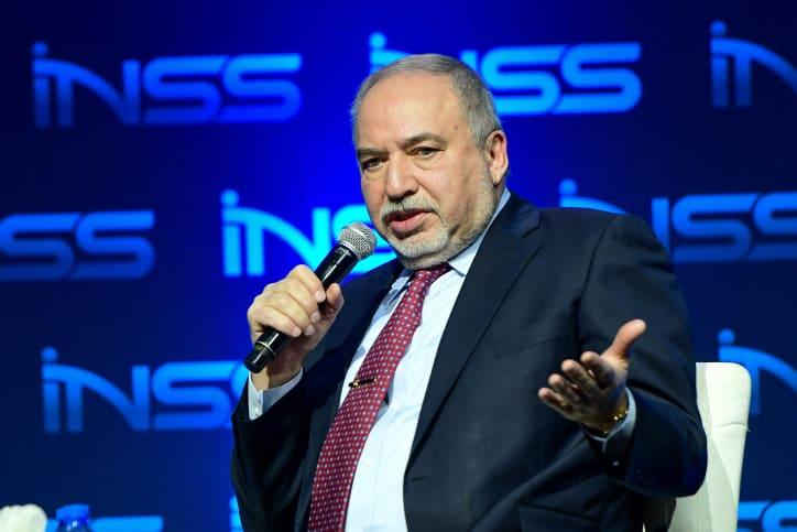 """ליברמן בכנס המכון למחקר בטחון לאומי. """"נתניהו עסוק בקמפיין, גם הטקסטים הנוצצים ביותר לא יפתרו בעיות קיימות"""" (צילום: Avshalom Sassoni/Flash90)"""