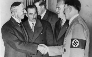 ראש ממשלת בריטניה נוויל צ'מברלין לוחץ ידיים להיטלר בחתימה על הסכם מינכן, ספטמבר 1938 (צילום: AP)