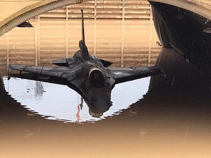 מטוס קרב מסוג F-16 בהאנגר שהוצף במי גשמים בבסיס חיל האוויר חצור