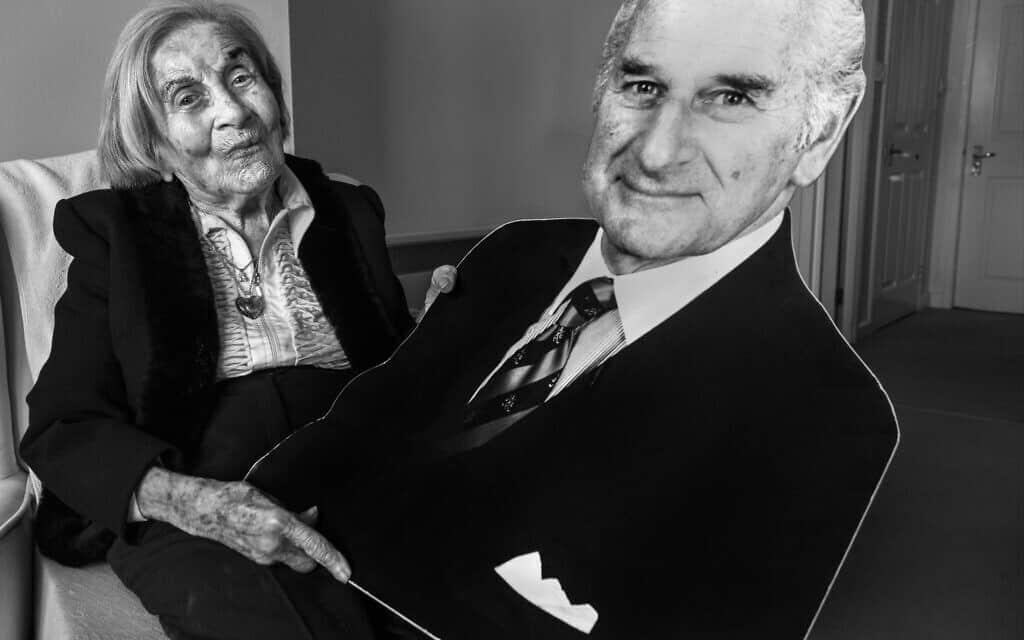 ג'ודית' רוזנברג, בדירה שלה בגלזגו, סקוטלנד, מחזיקה בדמות מקרטון של בעלה הרולד, שמצא אותה ושחרר אותה מאושוויץ. היא בת 93 (צילום: באדיבות ג'ודה פאסוו פרויקט לונקה)