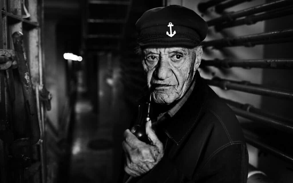 יוסי וייס, בן 82, נולד ב-1937 בברטיסלבה, סלובקיה, הוא הועבר למחנה ז'יליז'נה ב-1941, ומשם למחנה נובאקי, שניהם בסלובקיה. אביו נהרג במחנות ויוסי היה בן 5 כשראה אותו לאחרונה. הוא ואמו ברחו ליערות וחיו במחבוא ביעד עם הפרטיזנים, בקור וברעב חמור. לאחר המלחמה הם חזרו לטופולצ'אני שם הם חיו בעוני רב, עברו ממקום למקום. בגיל 11 הופרד שוב מאמו ומעולם לא ראה אותה. הוא היגר לישראל לבד ונרשם לחיל הים הישראלי בגיל 17 ובילה 64 שנים בים, והפסיק לשוט רק ב-2018, בשנה שעברה. יוסי וייס נשוי למיכל ויש להם 4 ילדים והם גרים בזכרון יעקב. צולם על ספינה בנמל חיפה במאי 2019 (צילום: אלדד רפאלי פרויקט לונקה)